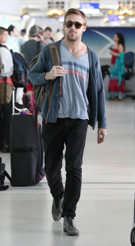a1cf4c13bb5a Le gilet et le tee-shirt   Ryan est paré pour le printemps. Son cardigan  gris un peu plus épais qu à la normale est porté ouvert, donnant la vue d un  ...